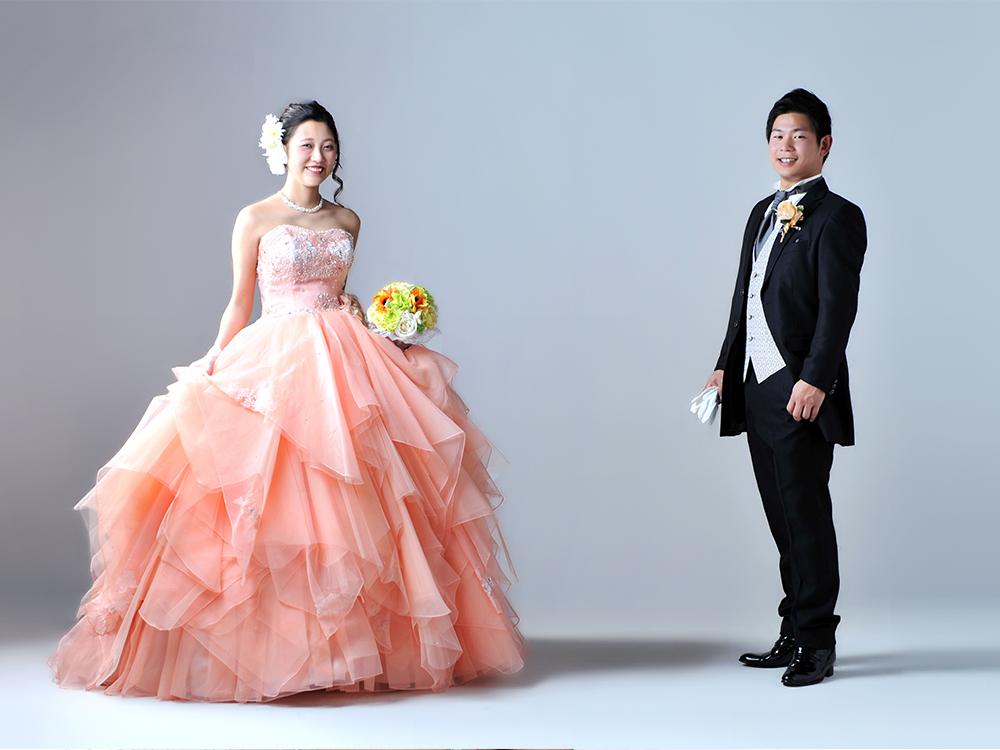 カラードレス 女性 タキシード 男性 夫婦写真