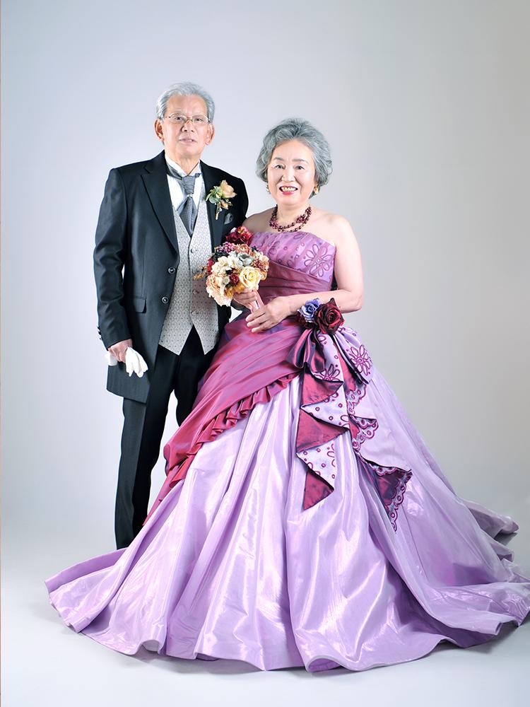 カラードレス 女性 タキシード 男性 夫婦写真  記念写真