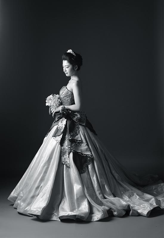 成人女性 / ドレス / モノクロ写真