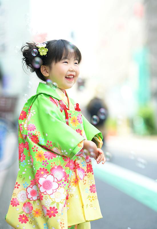 七五三3歳 / 女の子 / 着物 / 黄緑 / ロケ / シャボン玉