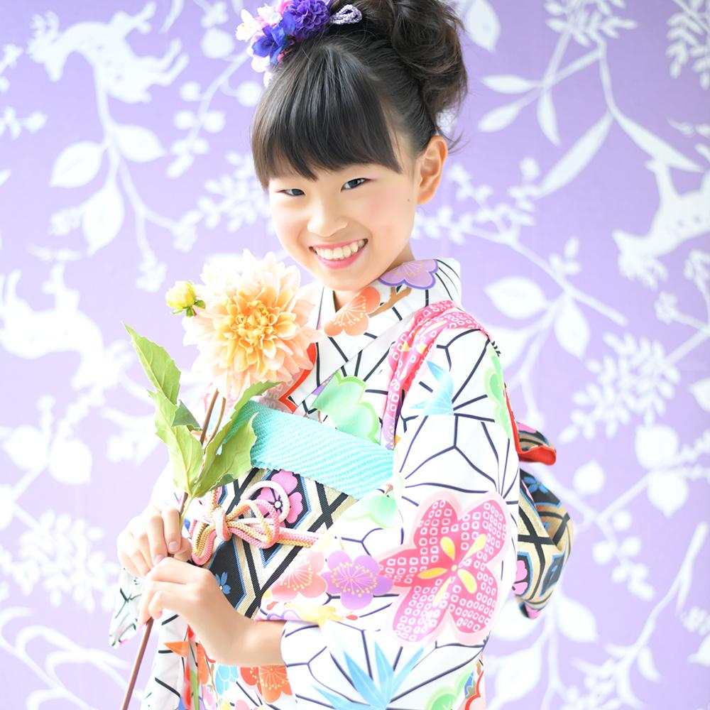 10歳 女の子 着物 白 自然光 お花と一緒に