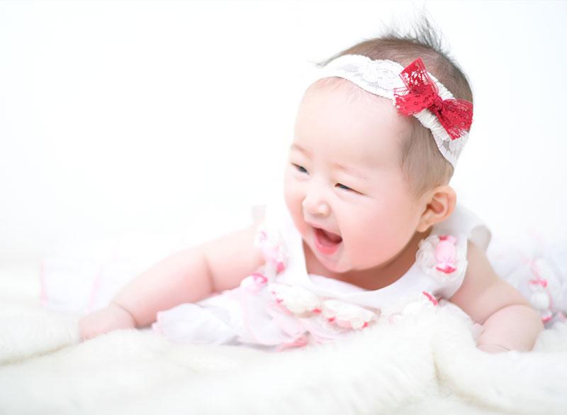 百日祝い 女の子 ドレス ピンク 笑顔