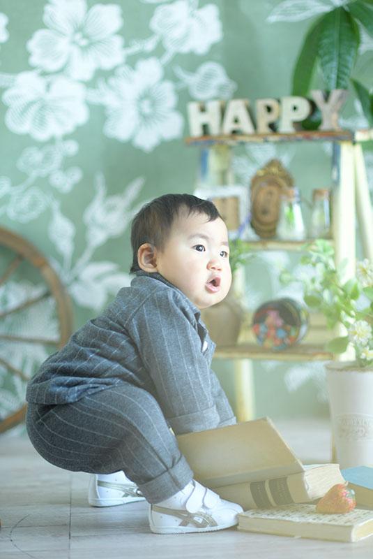 1歳 誕生日 男の子 私服 おしゃれ 本で遊ぶ