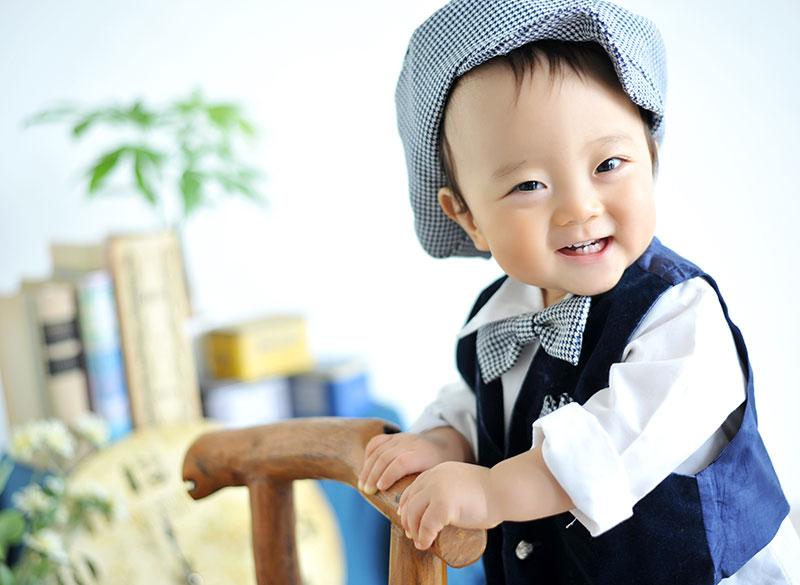 1歳 誕生日 男の子 カジュアル衣裳 笑顔
