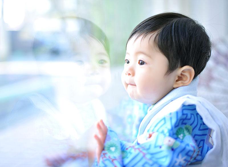 1歳 誕生日 男の子 着物 青 ガラスに反射