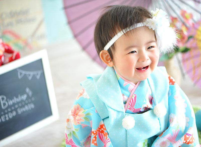1歳 誕生日 女の子 着物 水色 自然光 笑顔