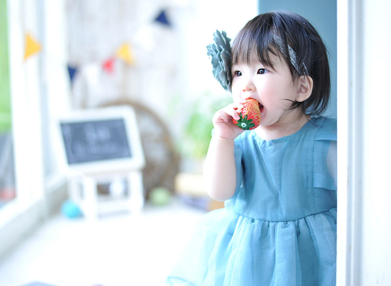 1歳 誕生日 女の子 ドレス 水色 自然光