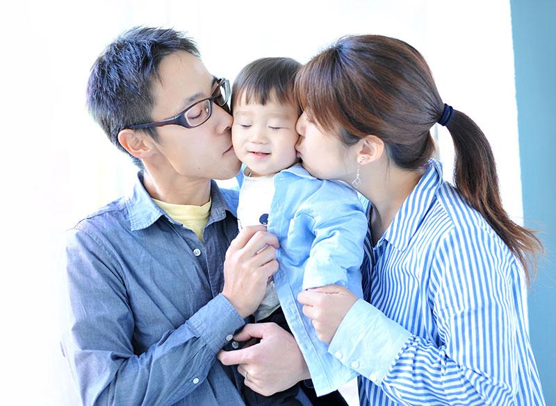 1歳 誕生日 男の子 私服 家族写真 ほっぺにチュー