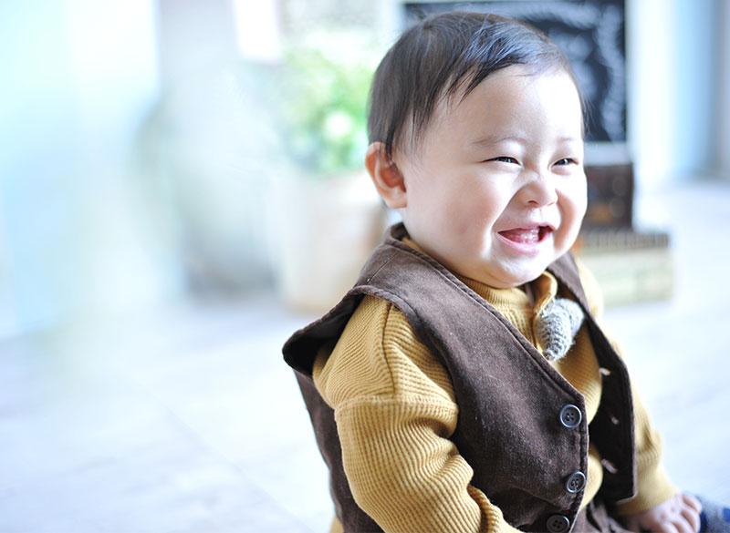1歳 誕生日 男の子 私服風 カジュアル衣裳 笑顔