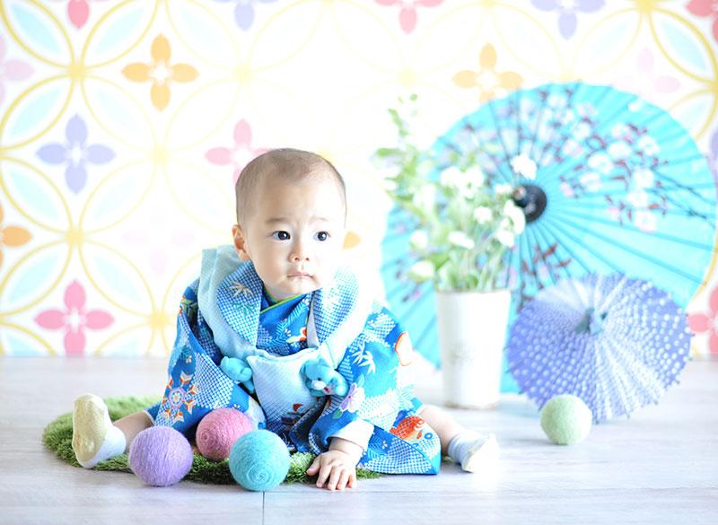 1歳 誕生日 男の子 着物 青 自然光