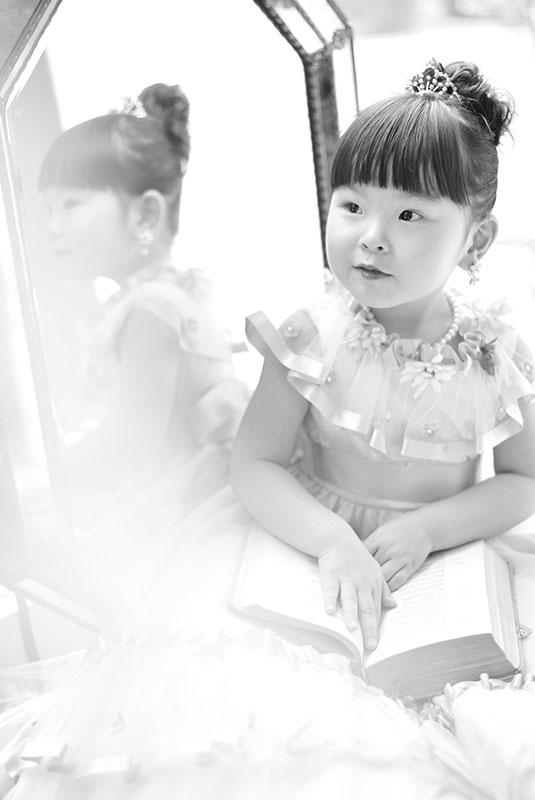 七五三 3歳 女の子 ドレス 鏡の前で モノクロ