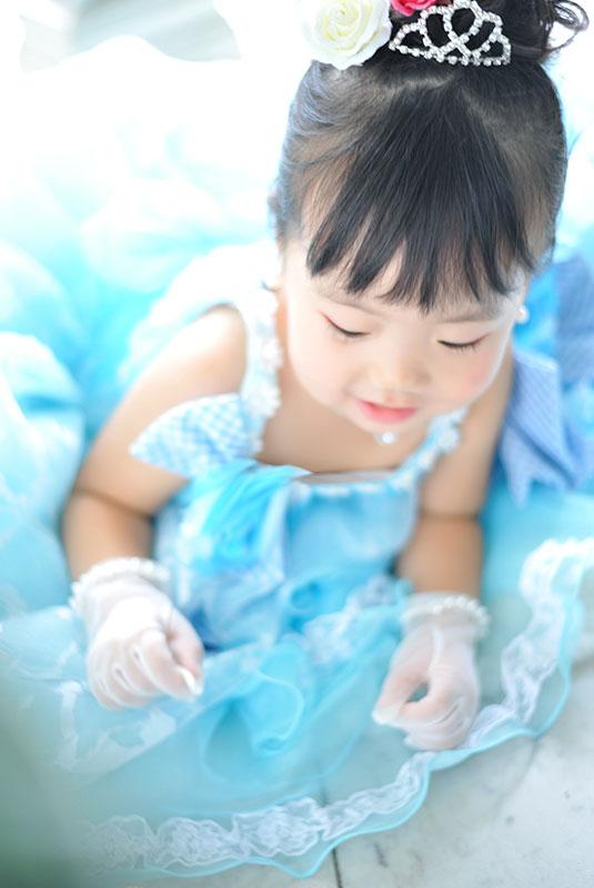 七五三 3歳 女の子 ドレス 水色 寝っ転がって