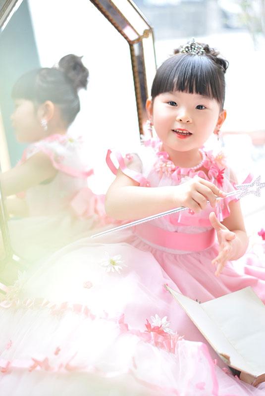 七五三 3歳 女の子 ドレス ピンク 鏡の前で