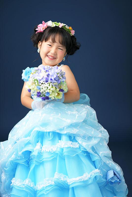 七五三 3歳 女の子 ドレス 水色 ブーケを持って