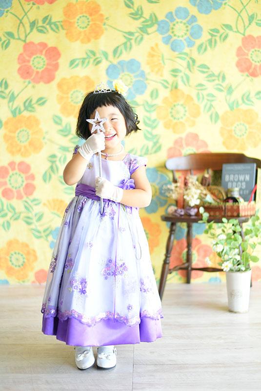 七五三 3歳 女の子 ドレス 紫 自然光