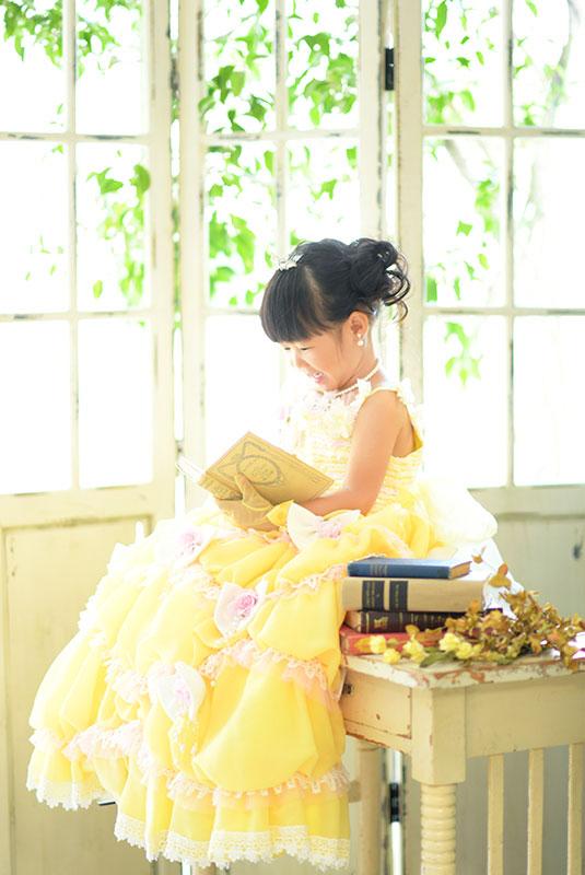 七五三 3歳 女の子 ドレス 黄色 ティアラ 自然光
