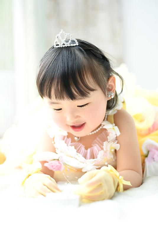 七五三 3歳 女の子 ドレス 黄色 寝っ転がって