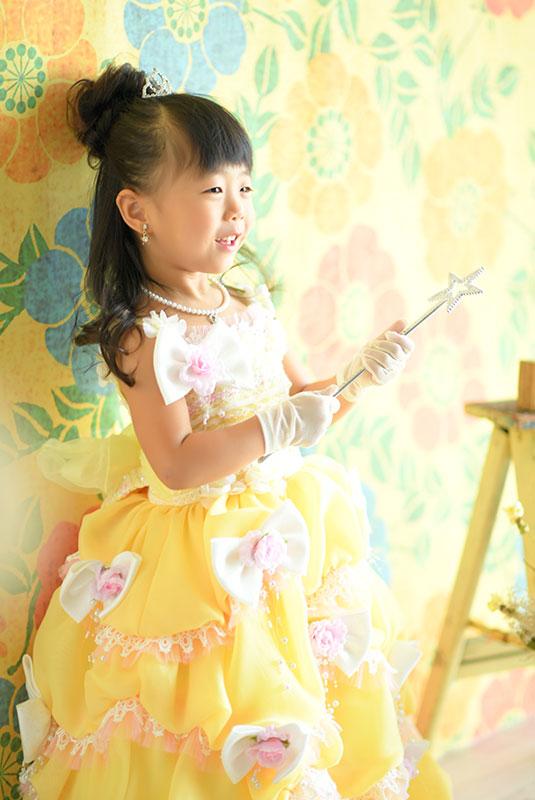 七五三 3歳 女の子 ドレス 黄色 自然光