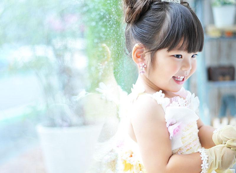 七五三 3歳 女の子 ドレス 黄色 雨の日に