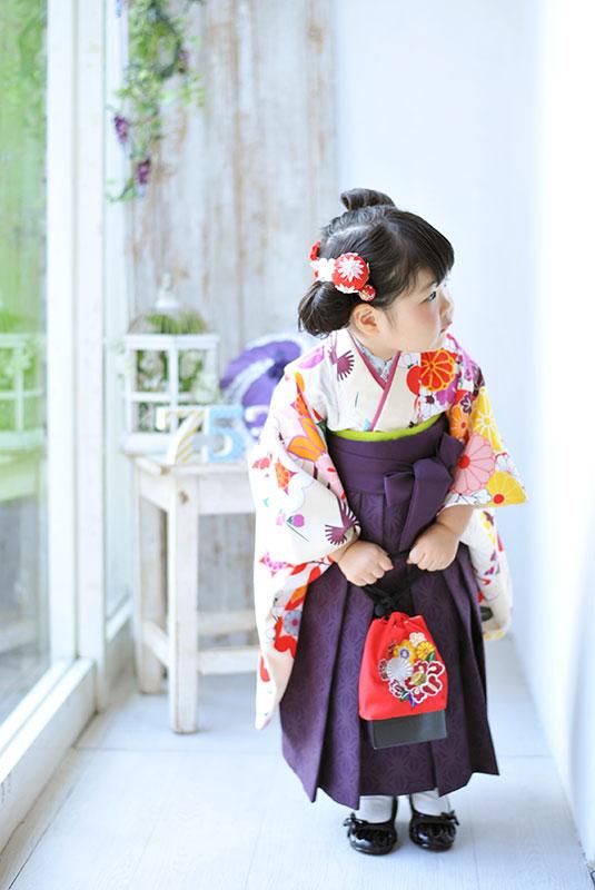 七五三 3歳 女の子 着物 袴 お団子ヘア 自然光