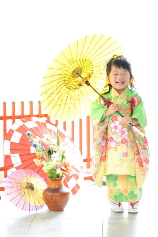 七五三 3歳 女の子 着物 黄緑色 和傘 自然光