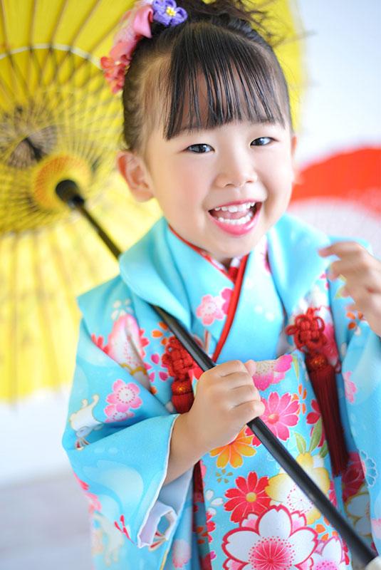 七五三 3歳 女の子 着物 水色 和傘 自然光