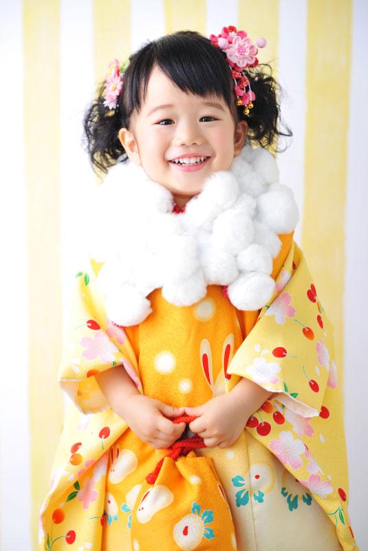 七五三 3歳 女の子 着物 黄色 さくらんぼ柄 ショールをつけて