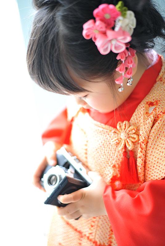 七五三 3歳 女の子 着物 持込 朱色 カメラを持って