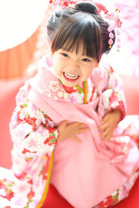 七五三 3歳 女の子 着物 ピンク 日本髪 自然光