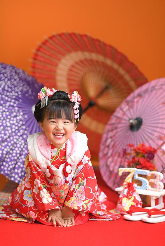 七五三 3歳 女の子 着物 赤 日本髪 正座