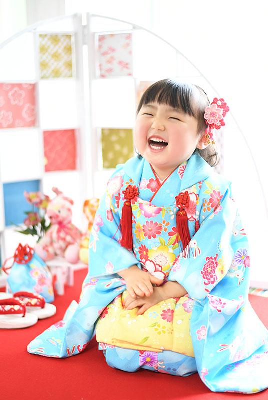 七五三 3歳 女の子 着物 水色 正座 笑顔