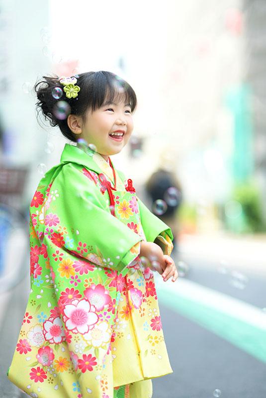 七五三 3歳 女の子 着物 黄緑色 ロケフォト シャボン玉遊び
