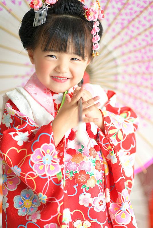 七五三 3歳 女の子 着物 赤 日本髪 和傘