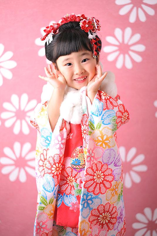 七五三 3歳 女の子 着物 ピンク 日本髪 ショールをつけて