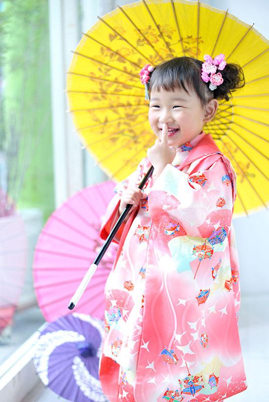 七五三 3歳 女の子 着物 ピンク 和傘 自然光