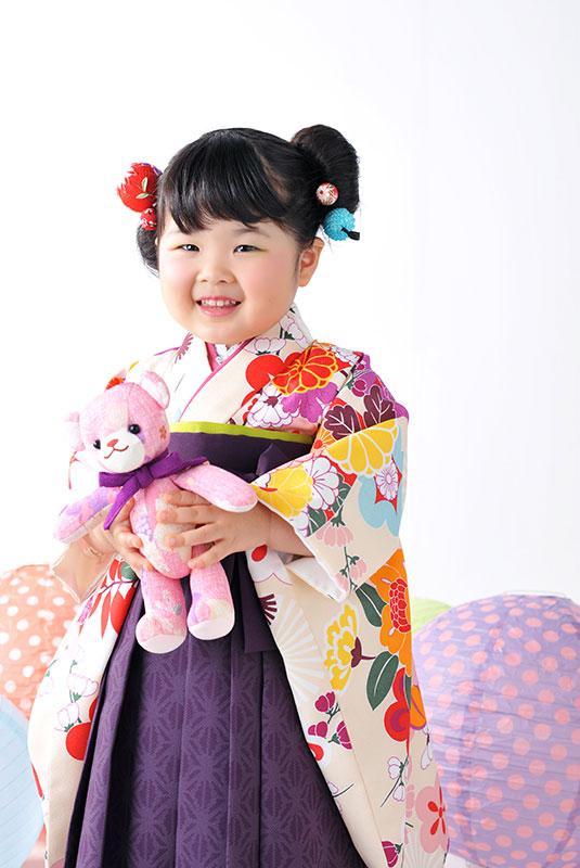 七五三 3歳 女の子 着物 袴 お団子ヘア くまちゃんと一緒に