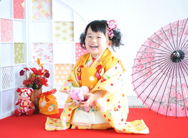 七五三 3歳 女の子 着物 黄色 さくらんぼ柄 正座