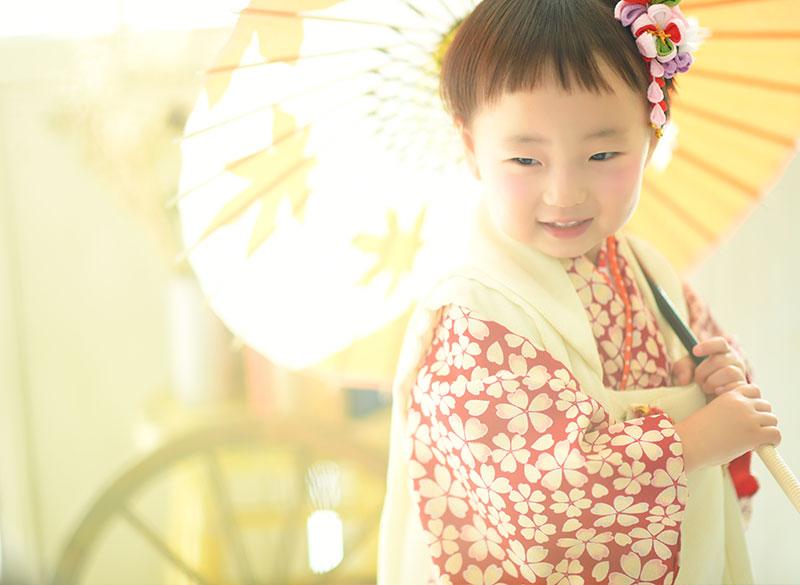 七五三 3歳 女の子 着物 赤 モダン おしゃれ 和傘