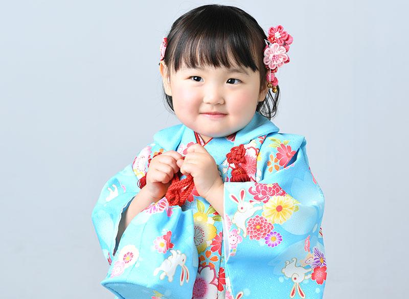 七五三 3歳 女の子 着物 水色 バッグを持って