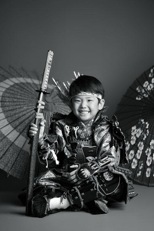 七五三 5歳 男の子 鎧兜 義経 矢筒 刀 剣 モノクロ写真