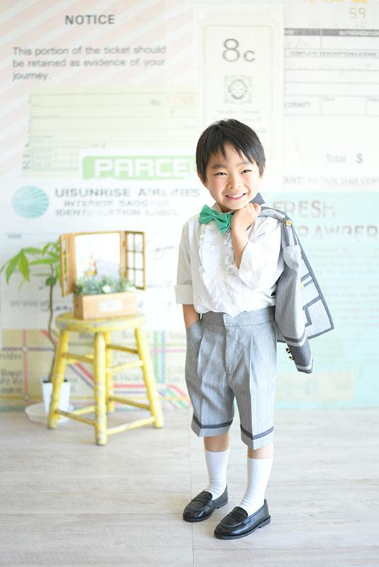 七五三 5歳 男の子 タキシード グレー 緑蝶ネクタイ 自然光 おしゃれ