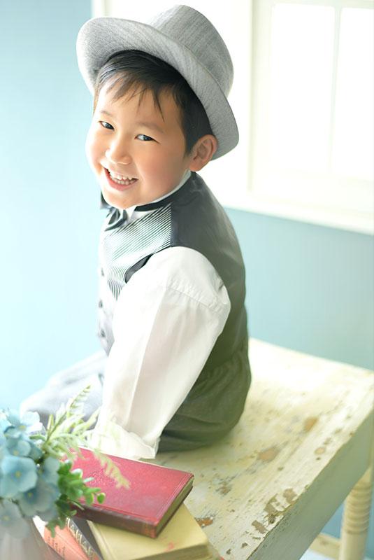 七五三 5歳 男の子 タキシード グレー ハット 自然光 おしゃれ