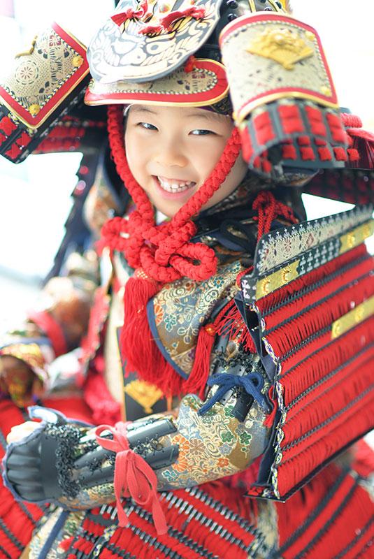七五三 5歳 男の子 鎧兜 義経 自然光 笑顔