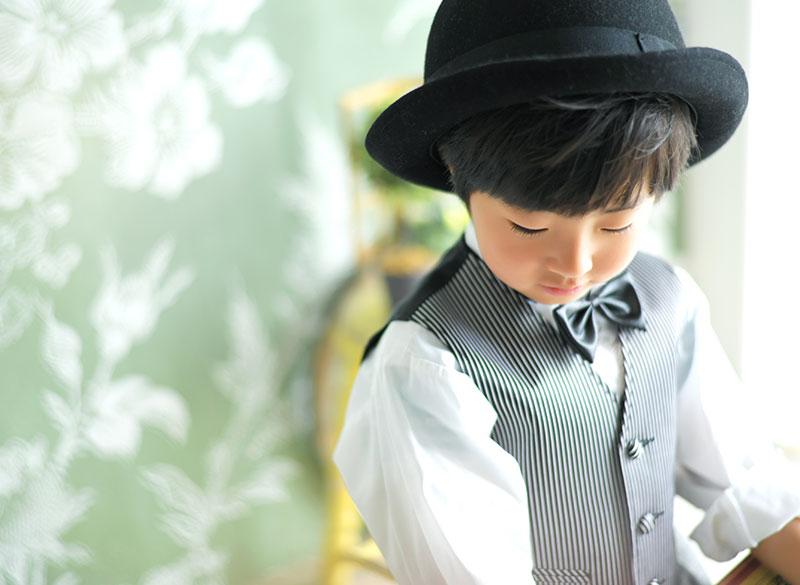七五三 5歳 男の子 タキシード グレー 自然光 おしゃれ ハット