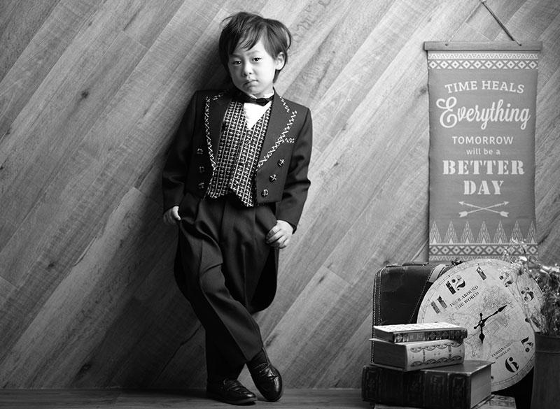 七五三 5歳 男の子 タキシード 黒 おしゃれ モノクロ写真