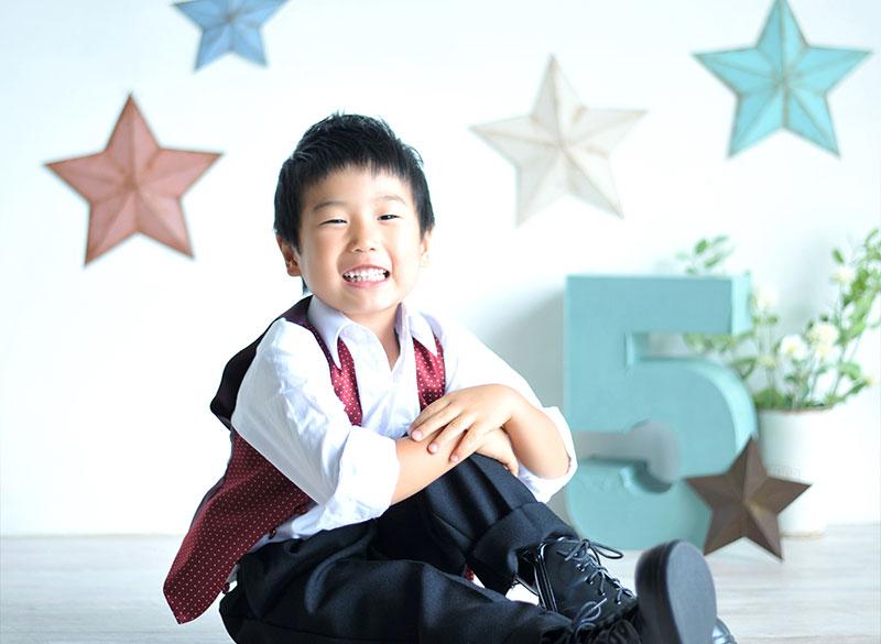 七五三 5歳 男の子 おしゃれ 洋装 赤 ベスト 自然光