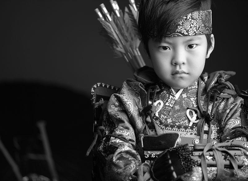 七五三 5歳 男の子 鎧兜 義経 矢筒 モノクロ写真