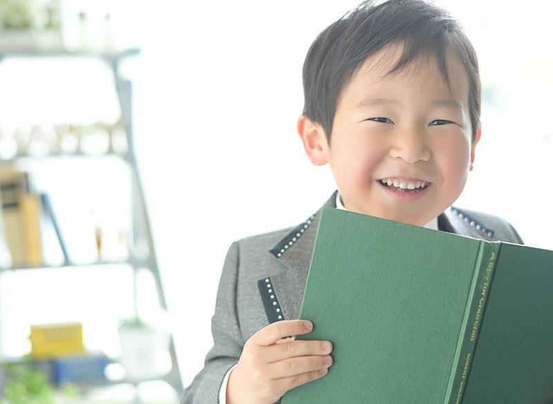 七五三 5歳 男の子 タキシード グレー 自然光 おしゃれ