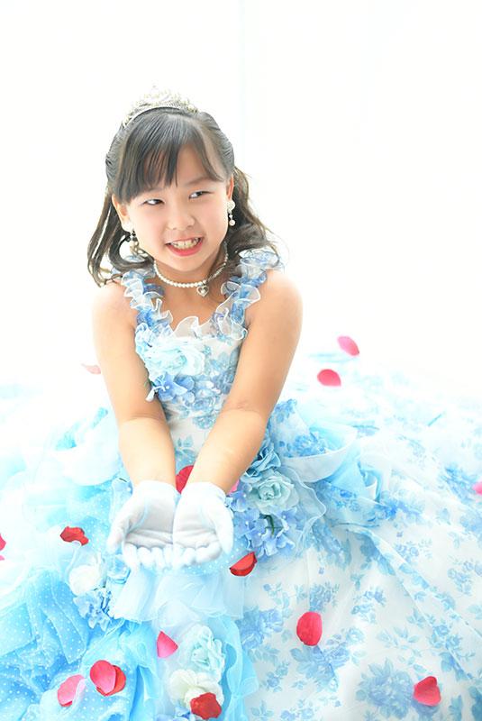七五三 7歳 ドレス 水色 ティアラ 自然光 きれい 花吹雪