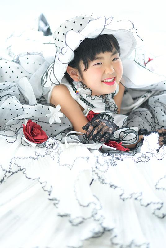 七五三 7歳 ドレス 白 ドット 帽子 寝っころがりポーズ 自然光